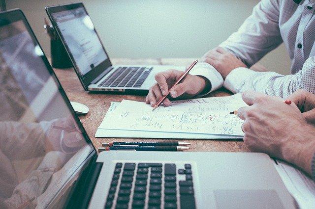 De keuze voor nieuw personeel is erg belangrijk. Je zult waarschijnlijk specifieke eisen hebben waar een nieuwe medewerker aan moet voldoen, waardoor je dit niet zomaar zult uitbesteden aan een uitzendbureau. Toch zijn er ook gespecialiseerde bedrijven waar je terecht kunt voor de werving en de selectie van jouw toekomstige financieel personeel zoals een controller of debiteurenbeheerder. Meer informatie over personeel toekomstgericht werven en selecteren lees je in onderstaand artikel. Verschillende manieren om personeel te vinden Uiteraard zijn er meerdere mogelijkheden om aan nieuw personeel te komen. De eerste optie is om zelf op zoek te gaan. Je kunt hier bijvoorbeeld sociale media bij gebruiken en bijvoorbeeld op je bedrijfspagina een pagina aanmaken met een overzicht van de openstaande vacatures. Verder kun je onder andere LinkedIn en Facebook gebruik om een relatie op de bouwen met potentiële werknemers. Een goede tip hierbij is om een open sollicitatie op te zetten, om hierdoor gemotiveerde kandidaten aan te trekken en de deur open te zetten voor talent. Heb je zelf geen tijd om de sollicitatieprocedure in handen te nemen, dan kun je ook terecht bij een uitzendbureau. Deze zijn helemaal thuis in de werving en selectie. Echter, als je op zoek bent naar specifiek financieel personeel, zal het wellicht moeilijk zijn om je eisen goed over te laten komen. Je kunt daarom beter terecht bij gespecialiseerde uitzendbureaus, waardoor je binnen de kortste keren beschikt over gekwalificeerd personeel. Laat zien wat voor bedrijf je hebt Natuurlijk moet je toekomstige personeel goed bij jou en je bedrijf passen. Daarom is het belangrijk dat je in de vacature al duidelijk maakt wat voor bedrijf je bent en wat de belangrijke normen en waarden zijn. Door te zorgen voor duidelijke kernwaarden zul je ervaren dat sneller gekwalificeerde vakmensen voor je bedrijf zullen kiezen, waar je ook in de toekomst goed mee vooruit kunt. Zorg voor aantrekkelijke voorwaarden Als je je bedr